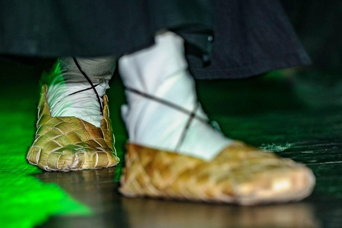 К чему снится грязная обувь и как избежать негативных последствий