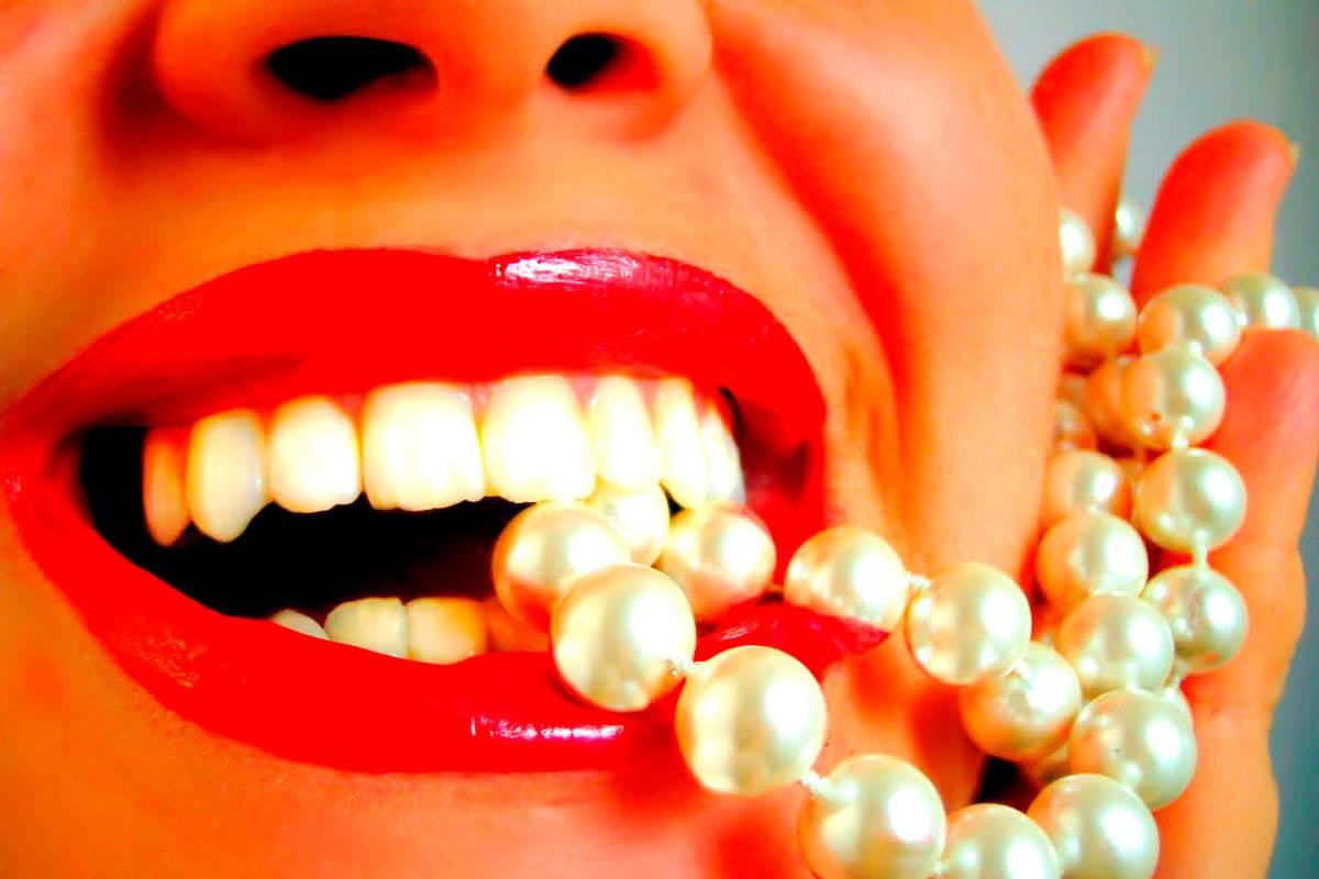 Что помогает отбелит зубы в домашних условиях